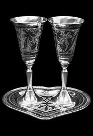 Пара серебряных бокалов на подносе