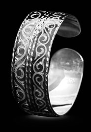 Серебряный браслет. Украшен орнаментом