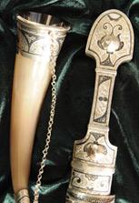 Серебряный кинжал и два серебряных рога в наборе