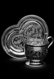 Чайная чашка из серебра на блюдце в форме сердца