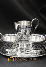 Кофейный сервиз — две чашки и молочник на подносе. Кубачинское серебро