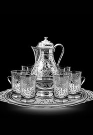 Кувшин и шесть хрустальных стаканов в серебряных подстаканниках
