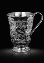 Кружка из кубачинского серебра с изящной гравировкой.